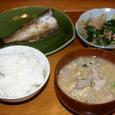 カマスの干物と身沢山の味噌汁の朝食