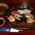 備前焼の器に盛られた握り寿司