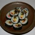 備前焼に盛られた巻き寿司