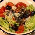ニシンの酢漬け、トマト、オリーブ、レタスのサラダ