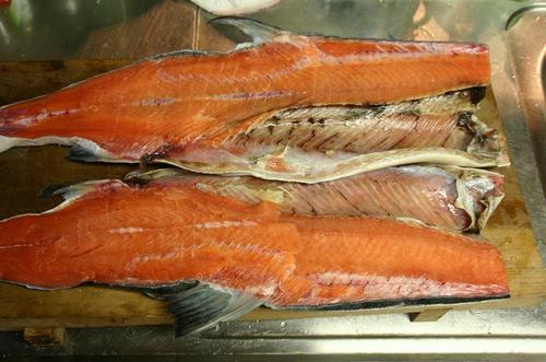 新巻鮭 三枚におろす