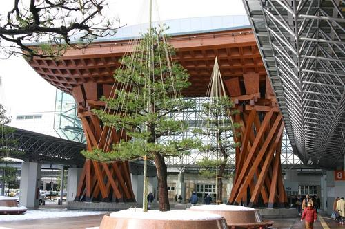 金沢駅前のモニュメント
